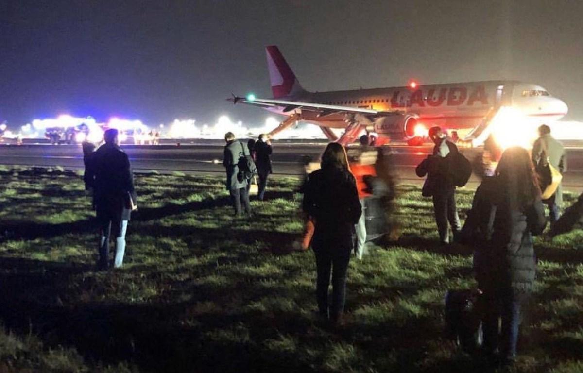 Hành khách mô tả đã nghe thấy một 'tiếng nổ lớn' khi chuyến bay tăng tốc để cất cánh. (Nguồn: news.sky.com)