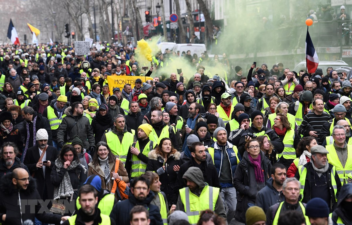 """Người biểu tình """"Áo vàng"""" tuần hành ở thủ đô Paris. (Ảnh: AFP/TTXVN)"""