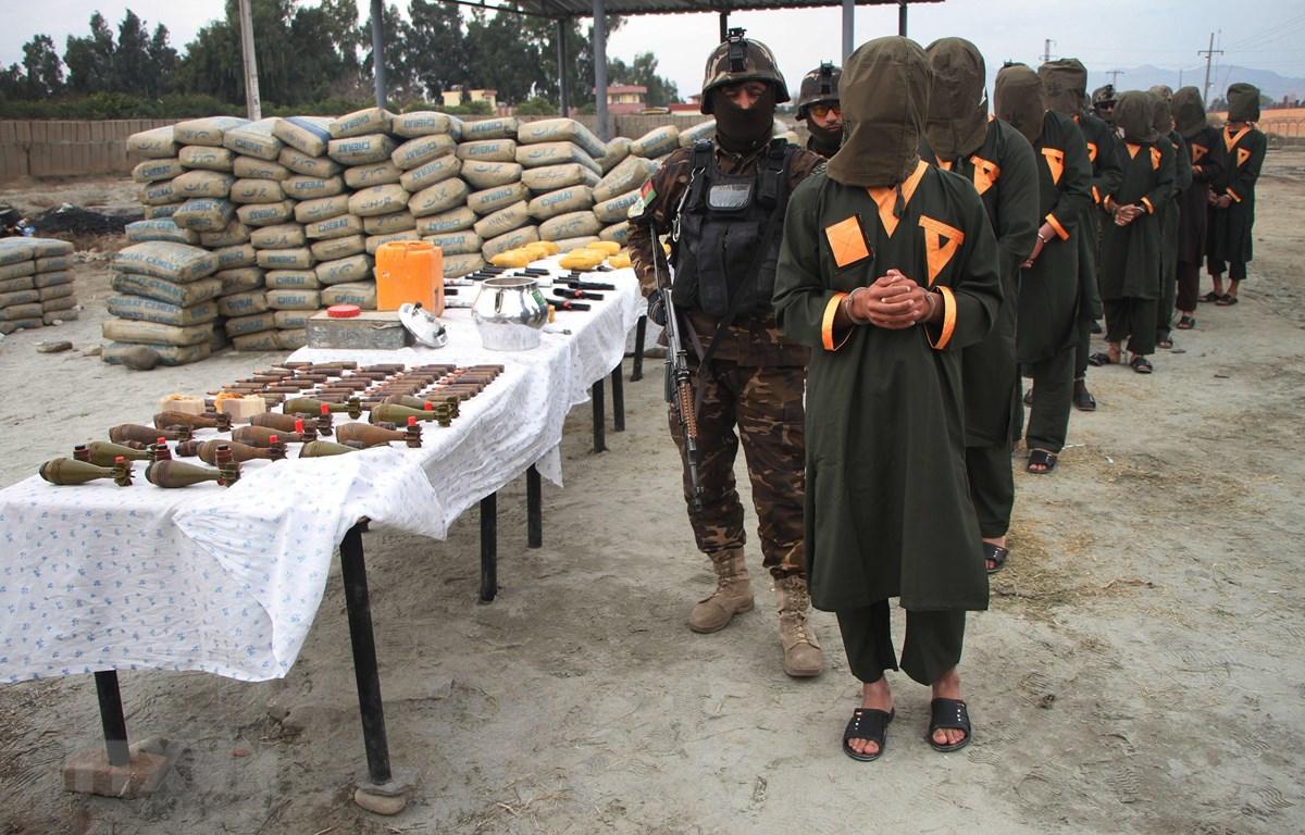 Cảnh sát bắt giữ các tay súng tình nghi là phiến quân trong chiến dịch truy quét nơi ẩn náu của Taliban ở Jalalabad, Afghanistan, ngày 17/2. (Ảnh: THX/TTXVN)