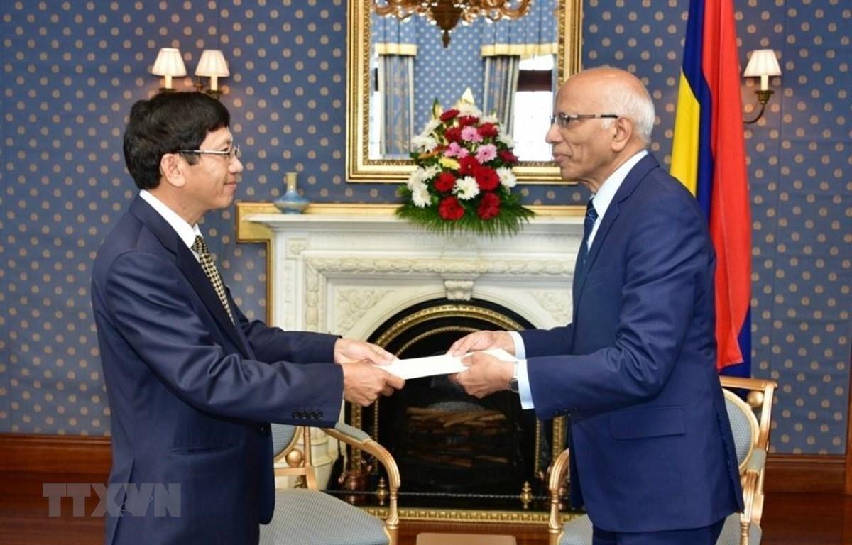 Đại sứ Việt Nam tại Mozambique kiêm nhiệm Mauritius Lê Huy Hoàng trình Quốc thư lên Quyền Tổng thống Cộng hòa Mauritius, Kheshoe Parsad Matadeen. (Ảnh: Lê Đình Lượng/TTXVN)