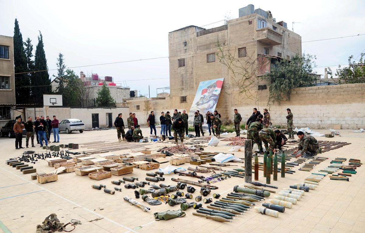 Binh sỹ Syria trưng bày số vũ khí thu giữ của phiến quân tại căn cứ quân sự ở phía bắc Damascus ngày 22/11/2018. (Ảnh: THX/TTXVN)