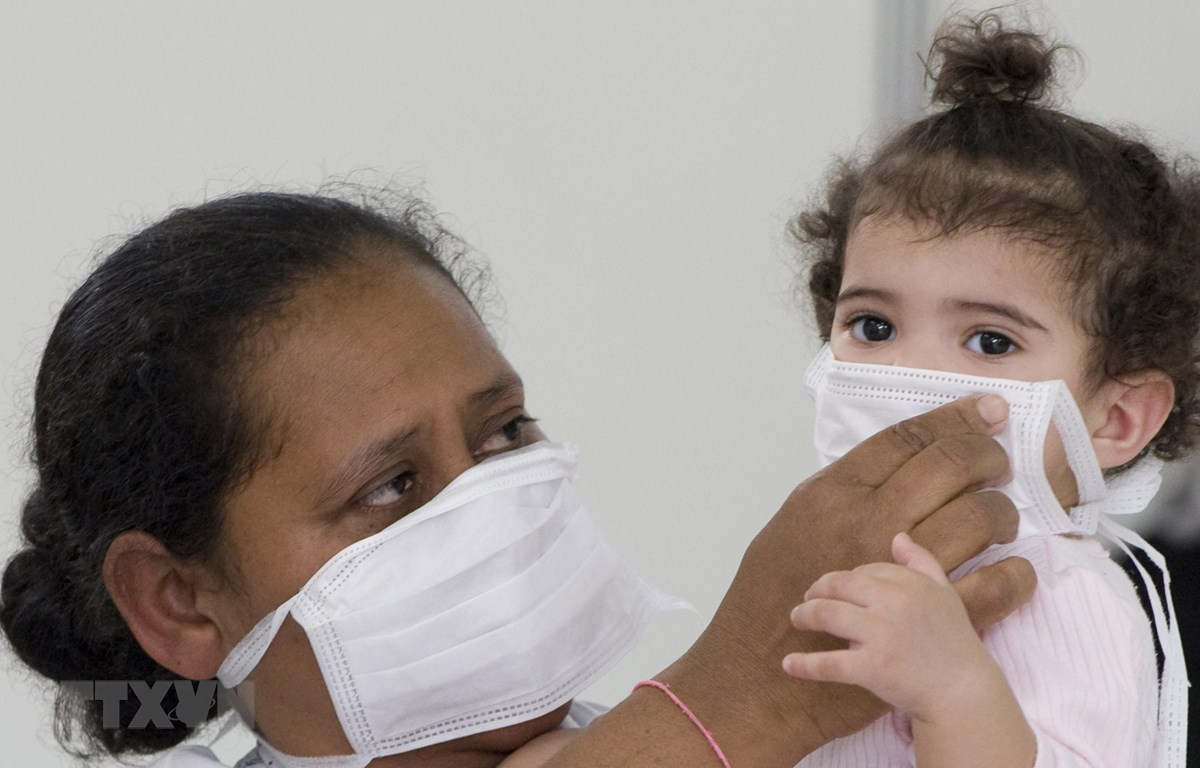 Bệnh nhân đeo khẩu trang phòng dịch cúm A(H1N1) tại bệnh viện Miguel Couto ở Rio de Janeiro, Brazil. (Ảnh: AFP/TTXVN)