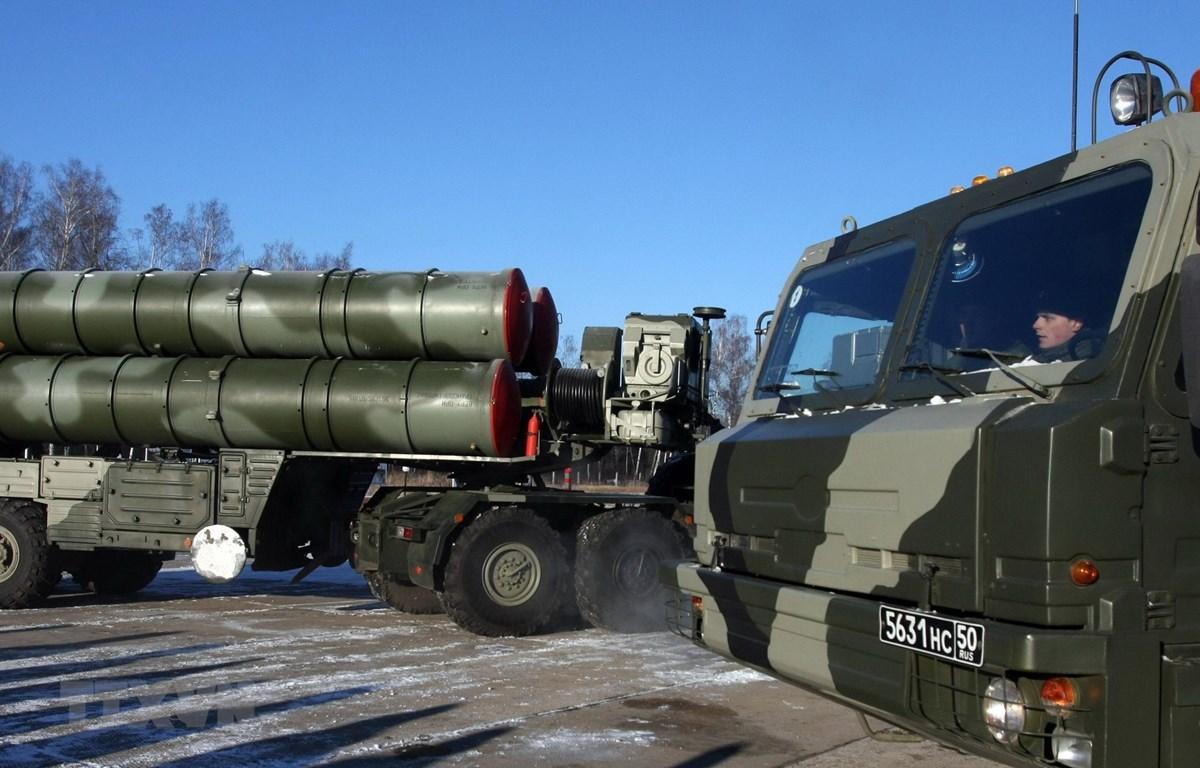 """Hệ thống S-400 """"Triumph"""" trong một cuộc diễn tập tại Elektrostal, ngoại ô Moskva, Nga, ngày 2/12/2010. (Ảnh: AFP/ TTXVN)"""