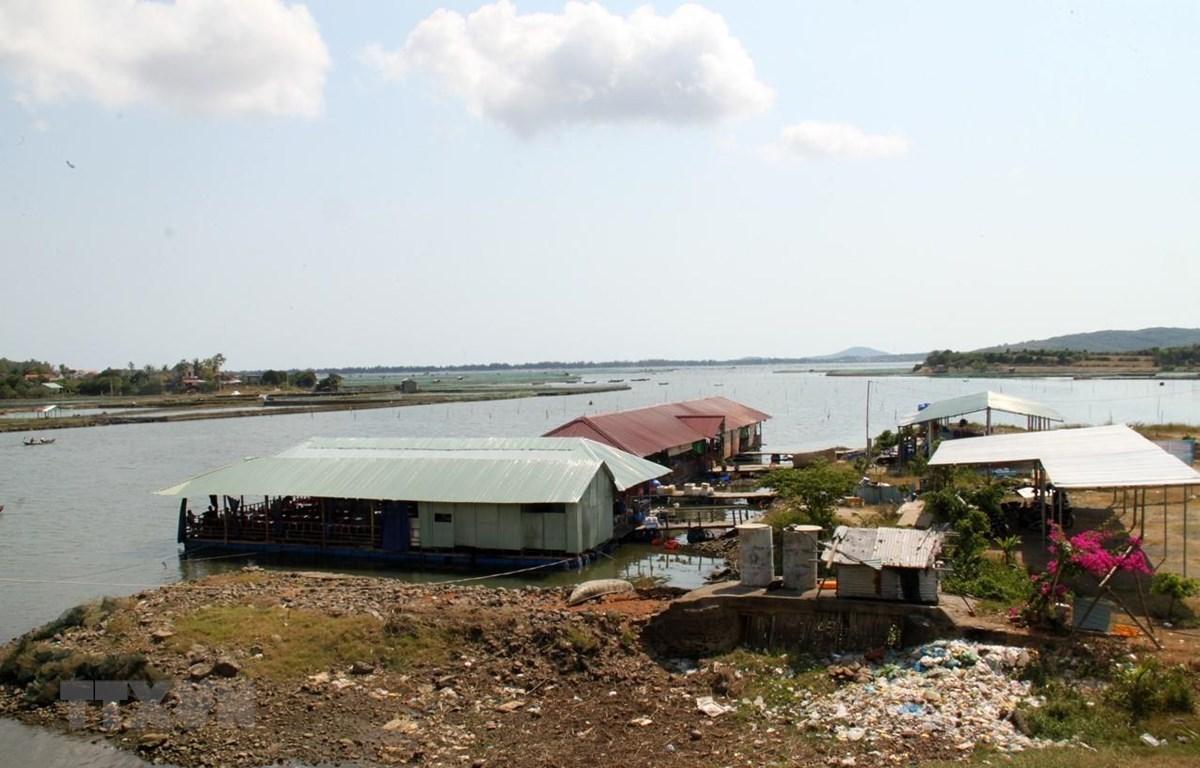 Người dân lấn chiếm mặt nước ven đầm Ô Loan. (Ảnh: Thế Lập/TTXVN)