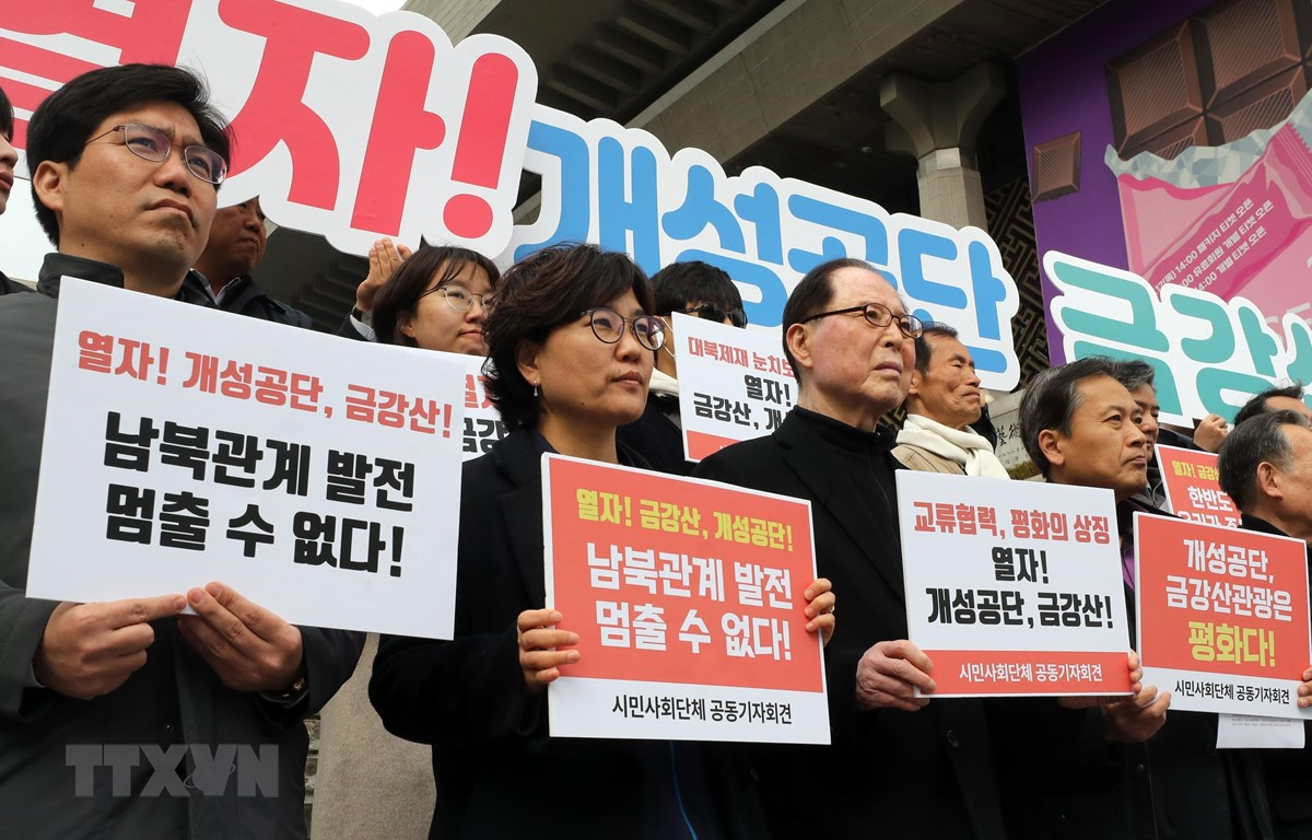 Các doanh nhân và nhà hoạt động xã hội tổ chức họp báo ở Seoul ngày 7/3, đề nghị chính phủ cho phép họ tới thăm khu công nghiệp chung Kaesong. (Ảnh: YONHAP/TTXVN)