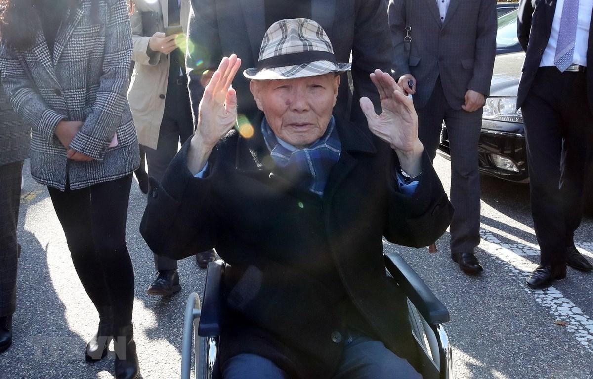 Ông Lee Chun-sik (phía trước), lao động bị cưỡng bức thời chiến tranh, sau một phiên tòa tại Seoul, Hàn Quốc ngày 30/10/2018. (Ảnh: Yonhap/TTXVN)