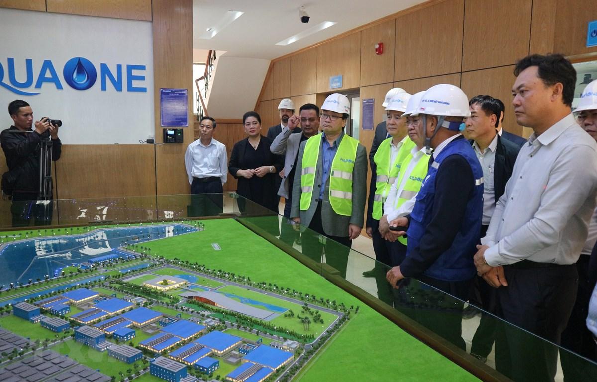 Bí thư thành ủy Hà Nội Hoàng Trung Hải kiểm tra nhà máy nước mặt sông Đuống. (Ảnh Mạnh Khánh/TTXVN)