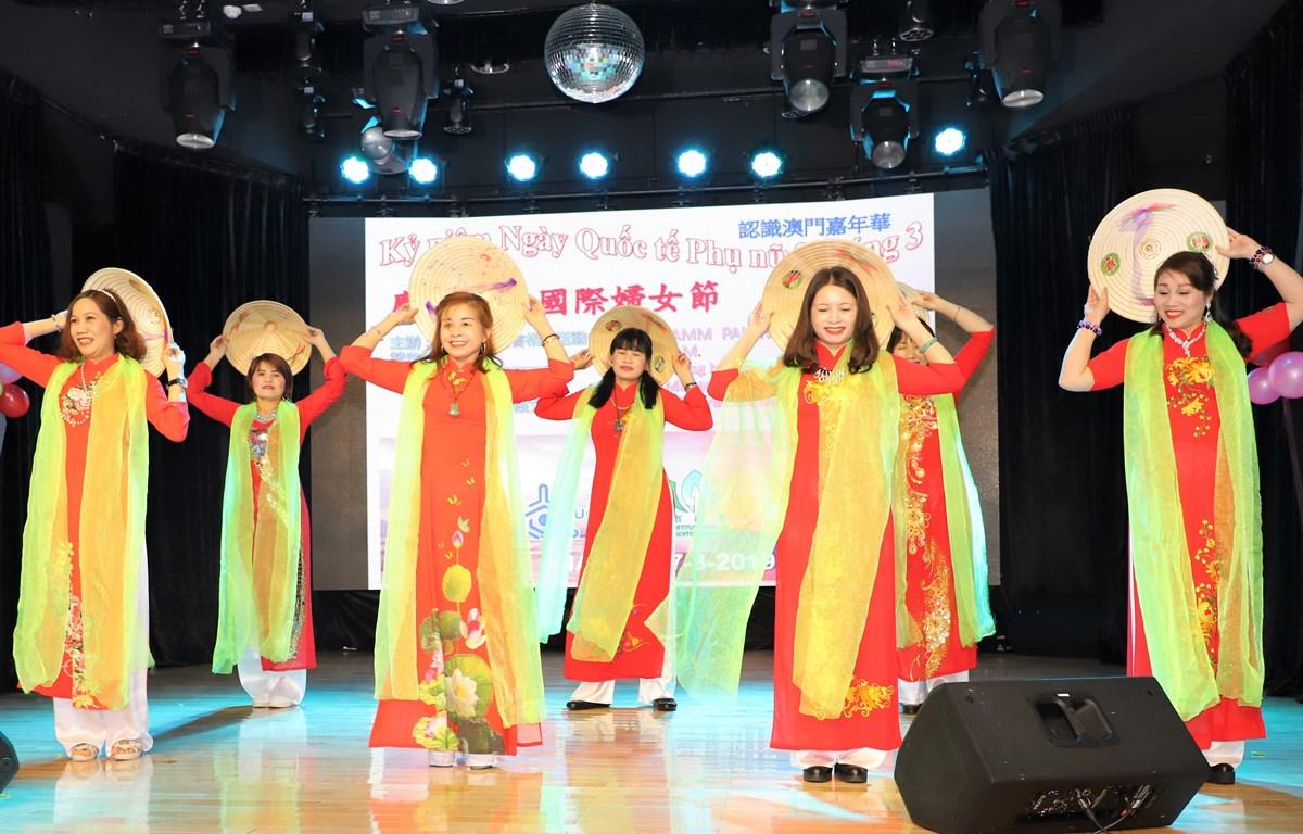 Một tiết mục biểu diễn của bà con người Việt tại Macau. (Ảnh: PV/Vietnam+)