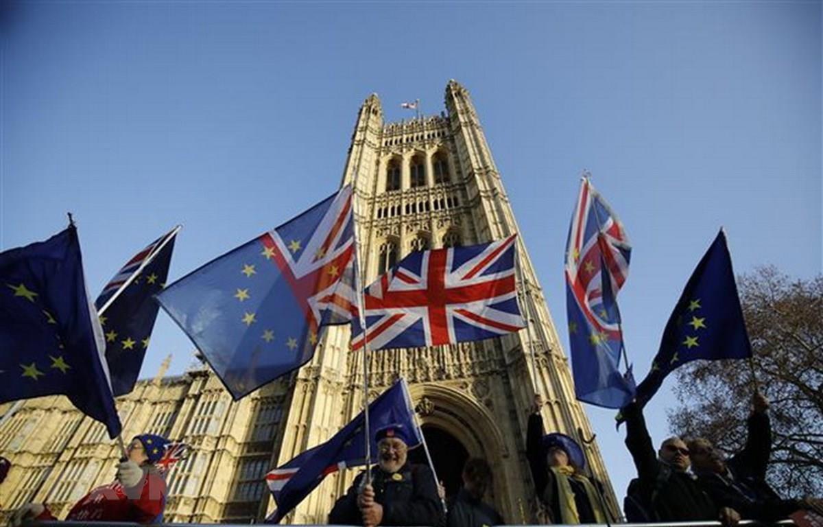 Cờ Anh và cờ Liên minh châu Âu bên ngoài tòa nhà Quốc hội Anh ở London ngày 11/12/2018. (Ảnh: AFP/TTXVN)