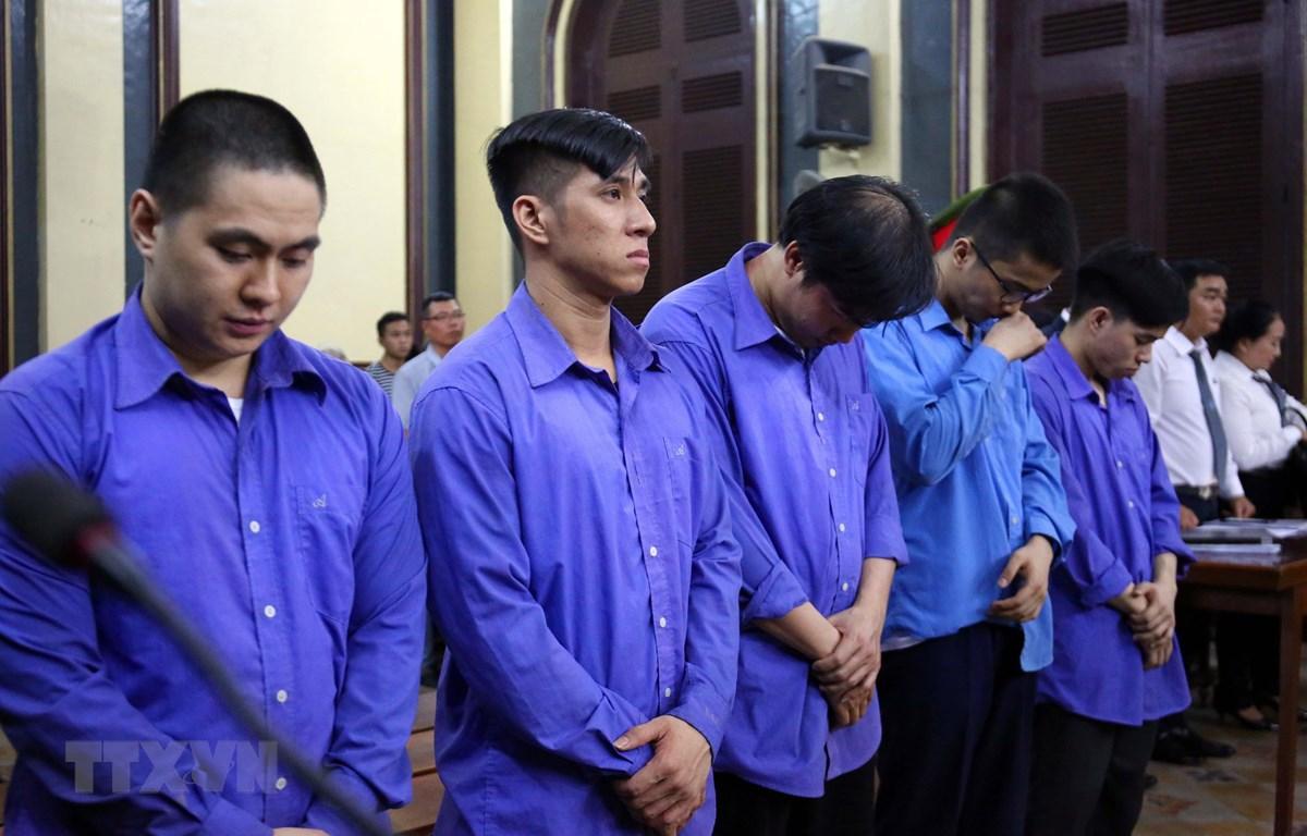 Các bị cáo nghe tòa tuyên án chiều 21/3 (nguyên Cảnh sát giao thông Phạm Sỹ Hoài Như đứng thứ ba). (Ảnh: Thành Chung/TTXVN)