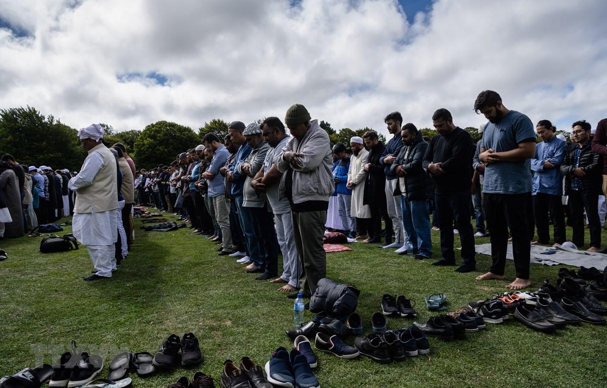 Người Hồi giáo cầu nguyện sau lễ tưởng niệm các nạn nhân thiệt mạng trong vụ xả súng tại Christchurch, New Zealand, ngày 22/3/2019. (Ảnh: AFP/TTXVN)