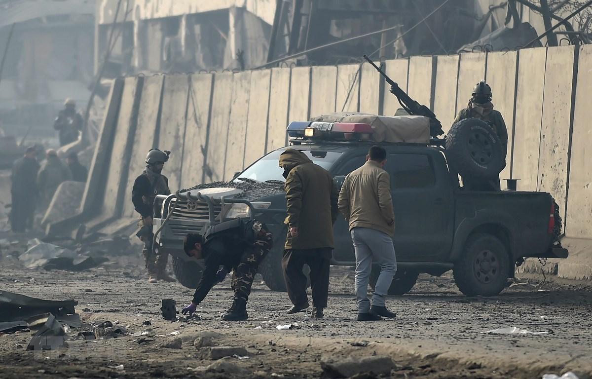 Nhân viên an ninh điều tra tại hiện trường vụ đánh bom ở Kabul ngày 15/1. (Ảnh: AFP/TTXVN)
