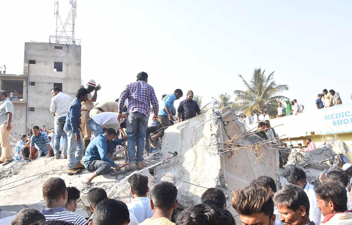 Lực lượng cứu hộ làm nhiệm vụ tại hiện trường vụ sập công trình xây dựng tại Dharwad ở Karnataka, Ấn Độ, ngày 19/3/2019. (Ảnh: THX/TTXVN)
