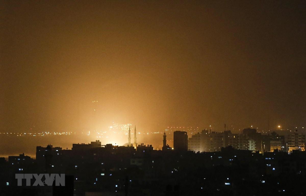 Ánh sáng màu cam trên bầu trời tại Dải Gaza trong cuộc không kích của Israel ngày 14/3/2019. (Ảnh: AFP/TTXVN)