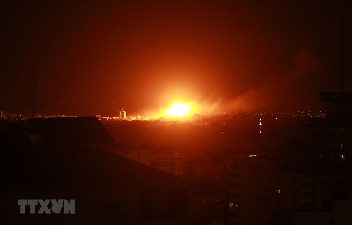 Khói lửa bốc lên sau các cuộc không kích của Israel xuống thành phố Gaza ngày 27/10/2018. (Ảnh: AFP/TTXVN)