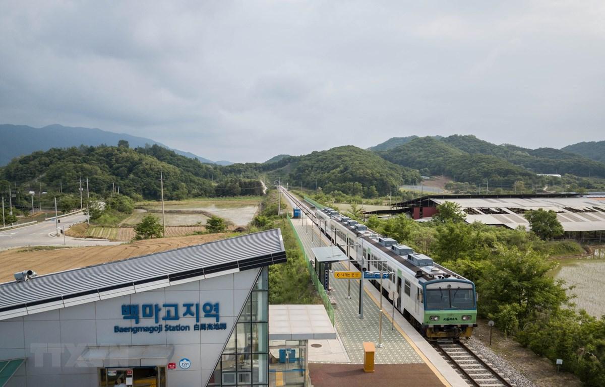 Toàn cảnh tuyến đường sắt Gyeongwon ở nhà ga Baengmagoji thuộc Cheorwon, gần khu vực phi quân sự giữa hai miền Triều Tiên ngày 29/5/2018. (Ảnh: AFP/TTXVN)