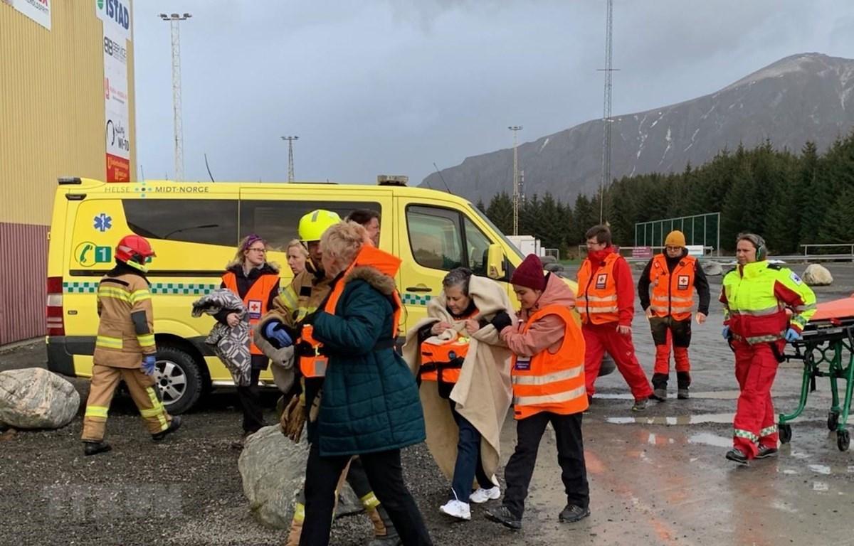 Hành khách mắc kẹt trên tàu Viking Sky được sơ tán tới bờ biển gần Romdal, phía tây Na Uy, ngày 23/3/2019. (Ảnh: AFP/TTXVN)