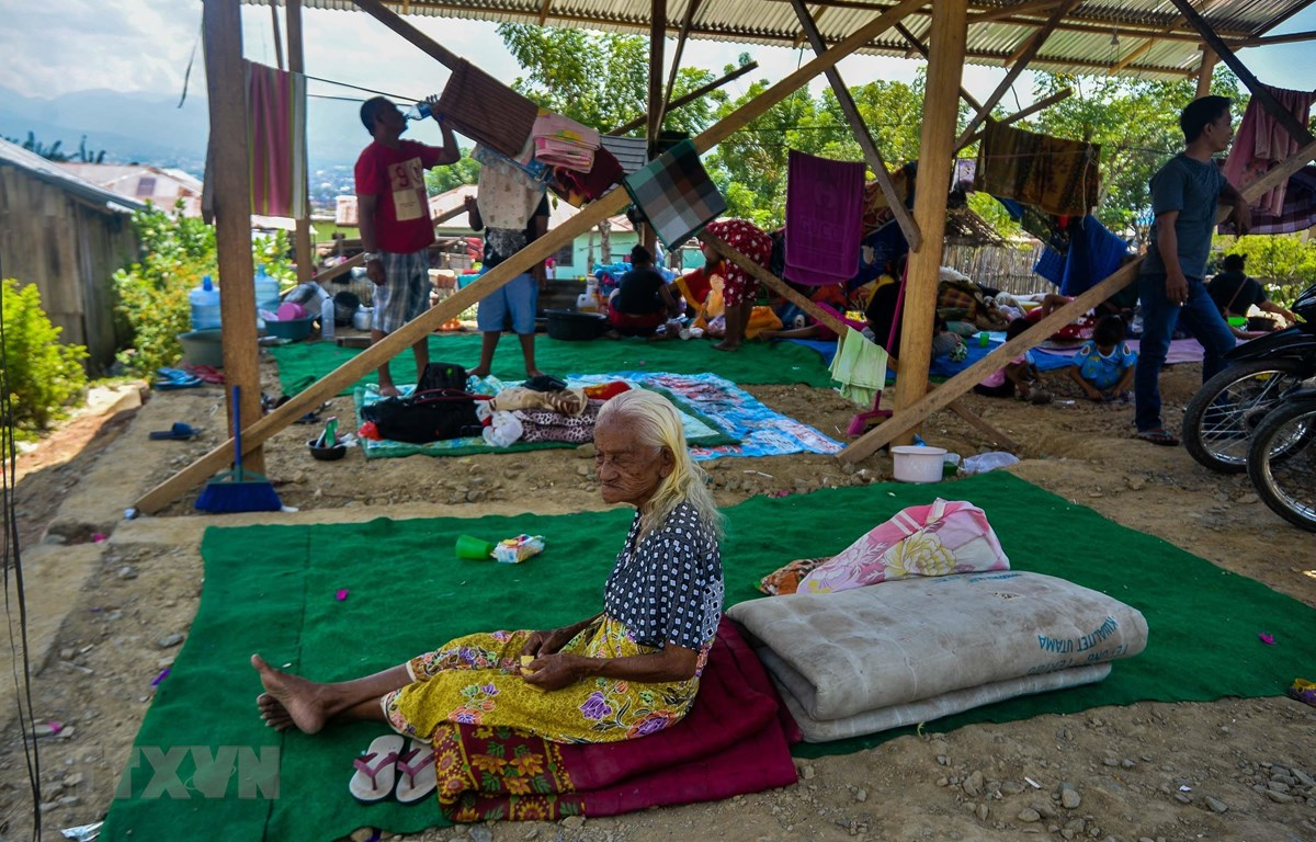 Người dân ở tại khu lều tạm sau thảm họa động đất và sóng thần ở Palu, Trung Sulawesi, Indonesia, ngày 2/10/2018. (Ảnh: THX/TTXVN)