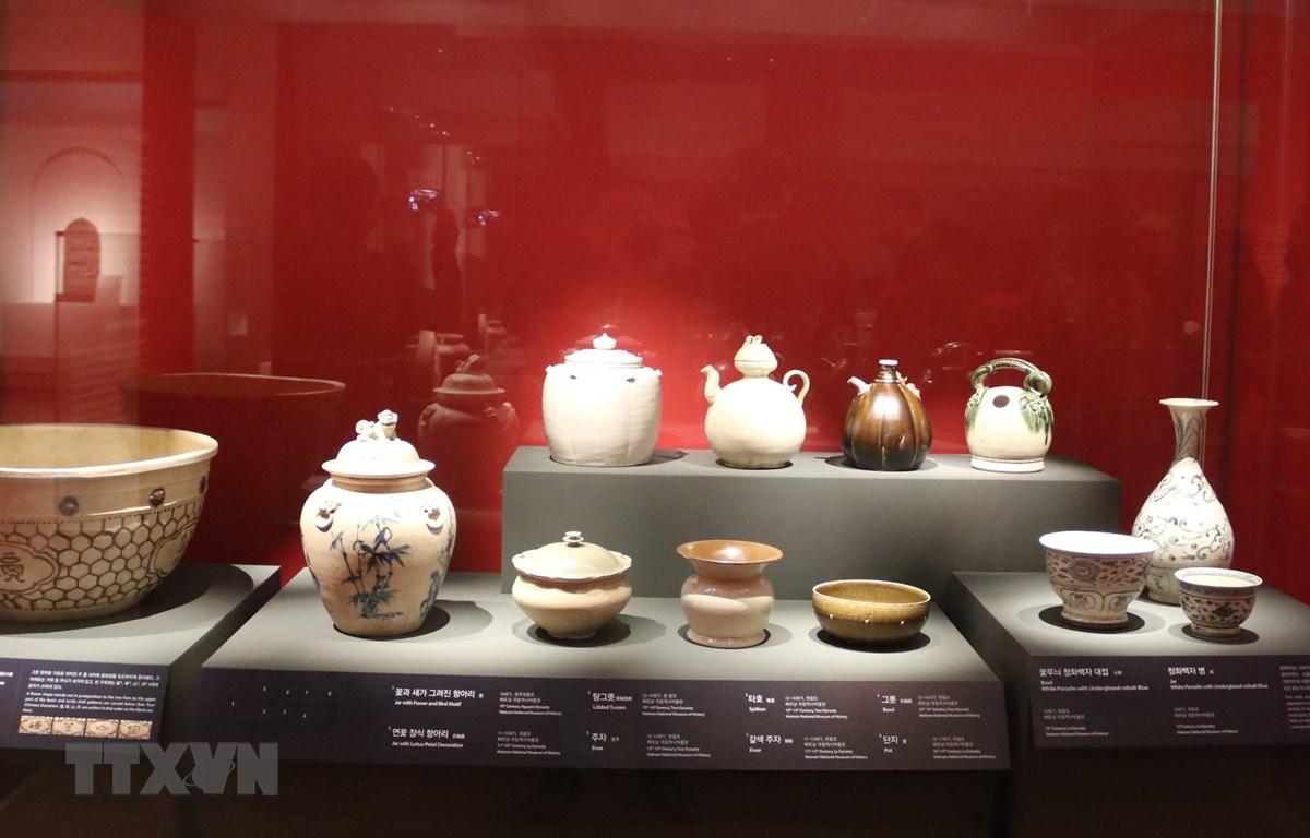 Một số cổ vật Việt Nam trưng bày tại triển lãm. (Ảnh: Mạnh Hùng/TTXVN)