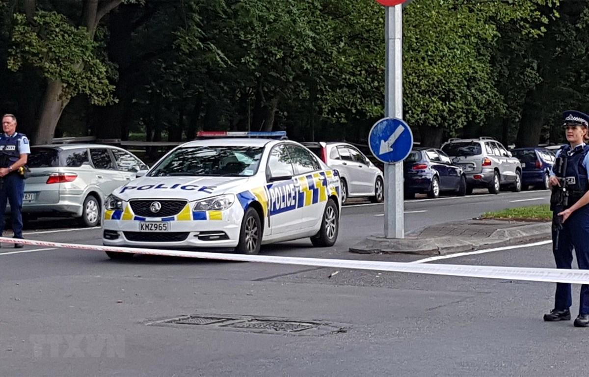 Cảnh sát gác tại hiện trường vụ xả súng ở Christchurch, New Zealand, ngày 15/3/2019. (Ảnh: AFP/TTXVN)