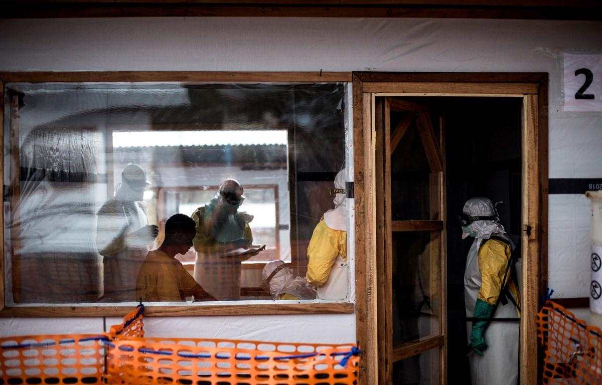 Nhân viên y tế kiểm tra sức khỏe cho một trường hợp nghi nhiễm Ebola tại trung tâm hỗ trợ bệnh nhân Ebola ở Bunia, CHDC Congo. (Ảnh: AFP/TTXVN)
