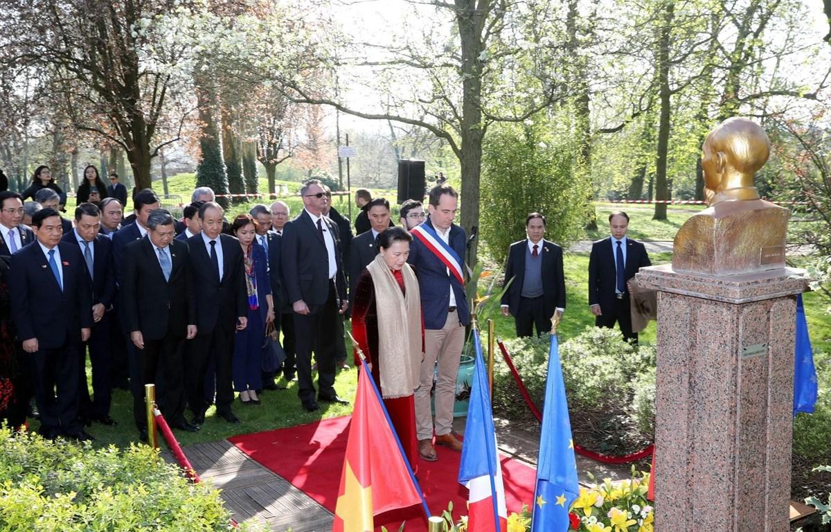 Chủ tịch Quốc hội Nguyễn Thị Kim Ngân đặt hoa tưởng niệm Chủ tịch Hồ Chí Minh. (Ảnh: Trọng Đức/TTXVN)