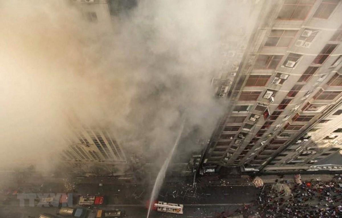 """Lính cứu hỏa nỗ lực dập lửa tại hiện trường vụ cháy tòa nhà thương mại """"FR Tower"""" ở thủ đô Dhaka, Bangladesh ngày 28/3/2019. (Ảnh: AP/TTXVN)"""