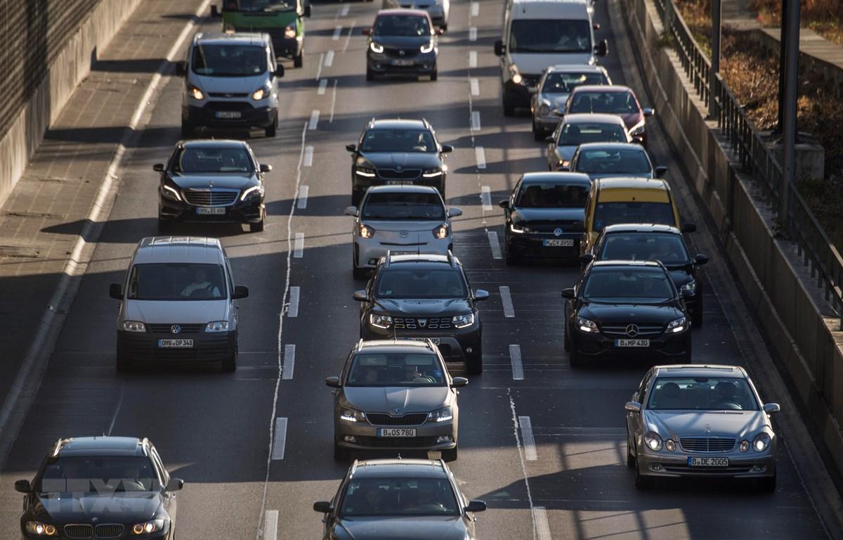 Ôtô di chuyển trên đường phố Berlin, Đức. (Ảnh: AFP/TTXVN)