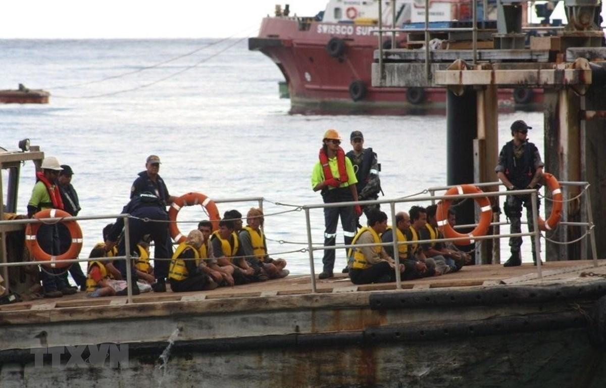 Tàu chở người di cư tới đảo Christmas Island - một vùng lãnh thổ của Australia nằm ở Ấn Độ Dương, cách thành phố Perth 2.600km về phía Tây Bắc. (Ảnh: AAP/AFP/TTXVN)