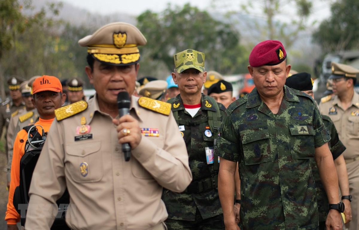 Thủ tướng Thái Lan Prayut Chan-O-Cha (trái) và Tư lệnh lục quân Thái Lan, Tướng Apirat Kongsompong (phải) tại cuộc diễn tập đối phó với tình trạng khẩn cấp ở Lopburi, Thái Lan ngày 14/2/2019. (Ảnh: AFP/TTXVN)