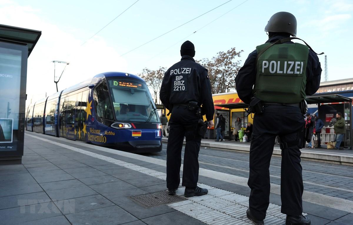 Cảnh sát làm nhiệm vụ tại Kehl, Đức. (Ảnh: AFP/TTXVN)