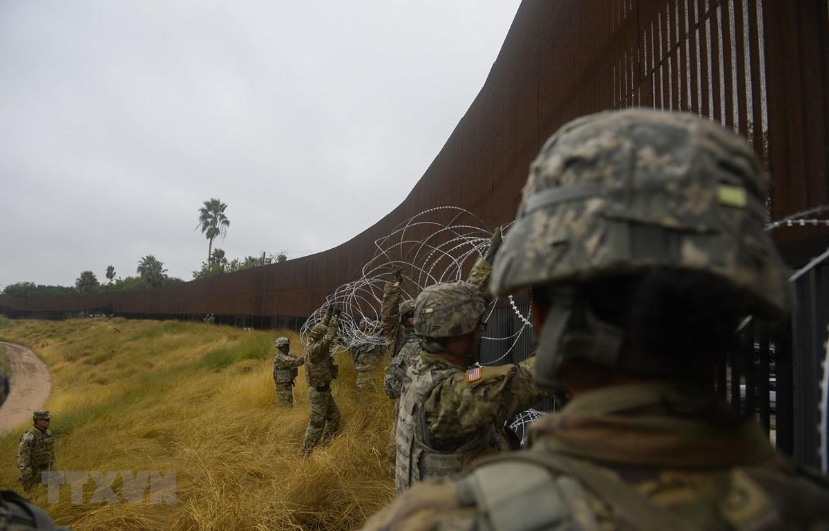 Binh sỹ Mỹ được triển khai tại khu vực Brownsville, Texas, biên giới Mỹ- Mexico, ngày 13/11/2018. (Ảnh: AFP/TTXVN)