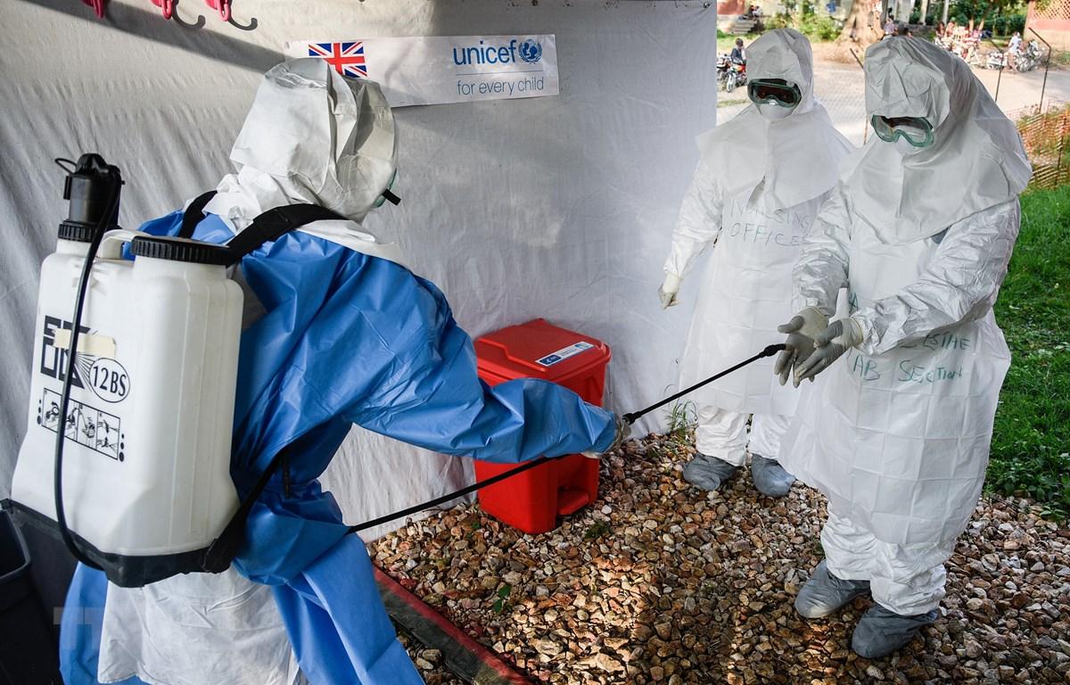 Nhân viên y tế tham gia đợt huấn luyện nâng cao khả năng đối phó với dịch Ebola tại bệnh viện ở Bwera thuộc Uganda, giáp giới CHDC Conggo ngày 12/12/2018. (Ảnh: AFP/TTXVN)