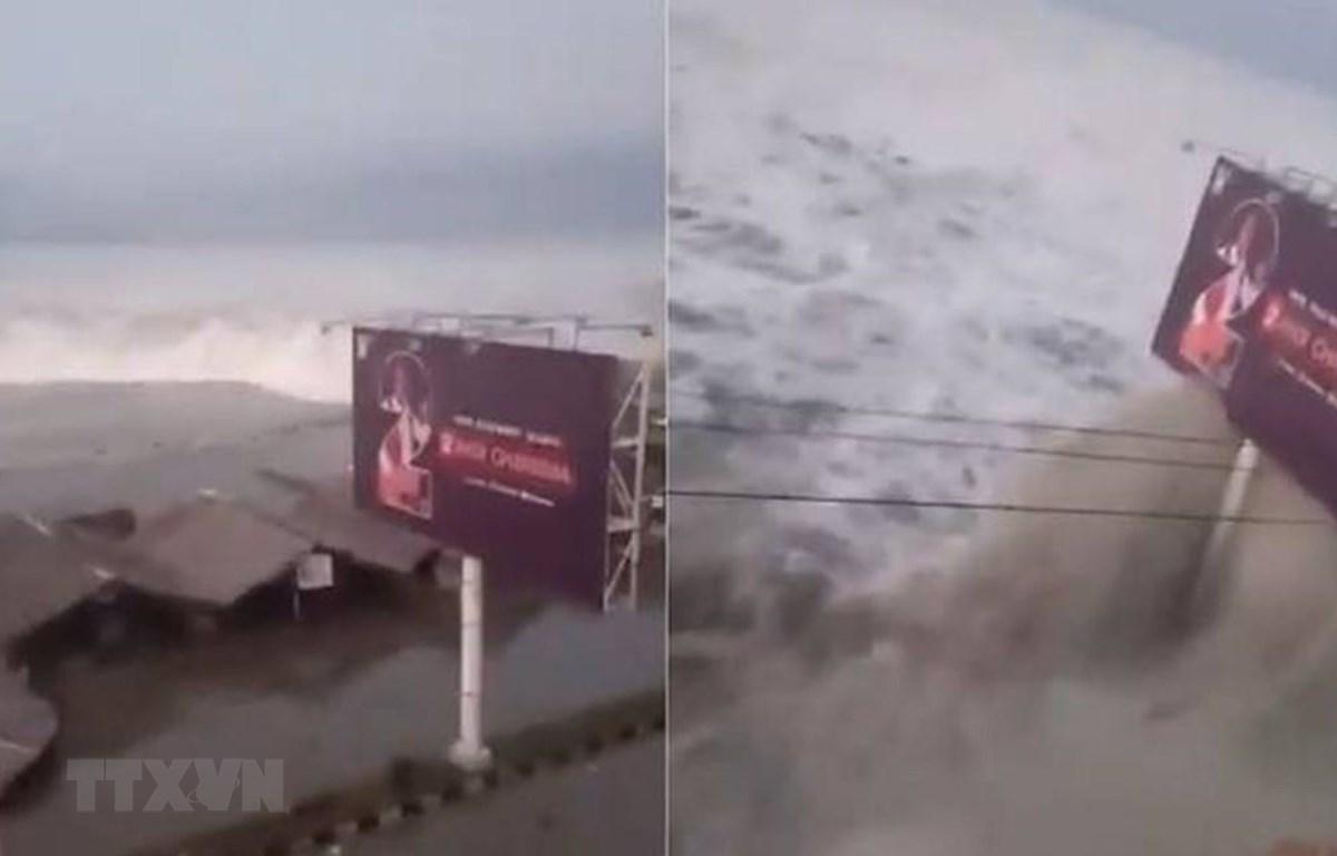 Sóng thần ập vào thành phố Palu, đảo Sulawesi, Indonesia sau động đất ngày 28/9/2018. (Ảnh: Twitter/Ramadhani Eko P/TTXVN)
