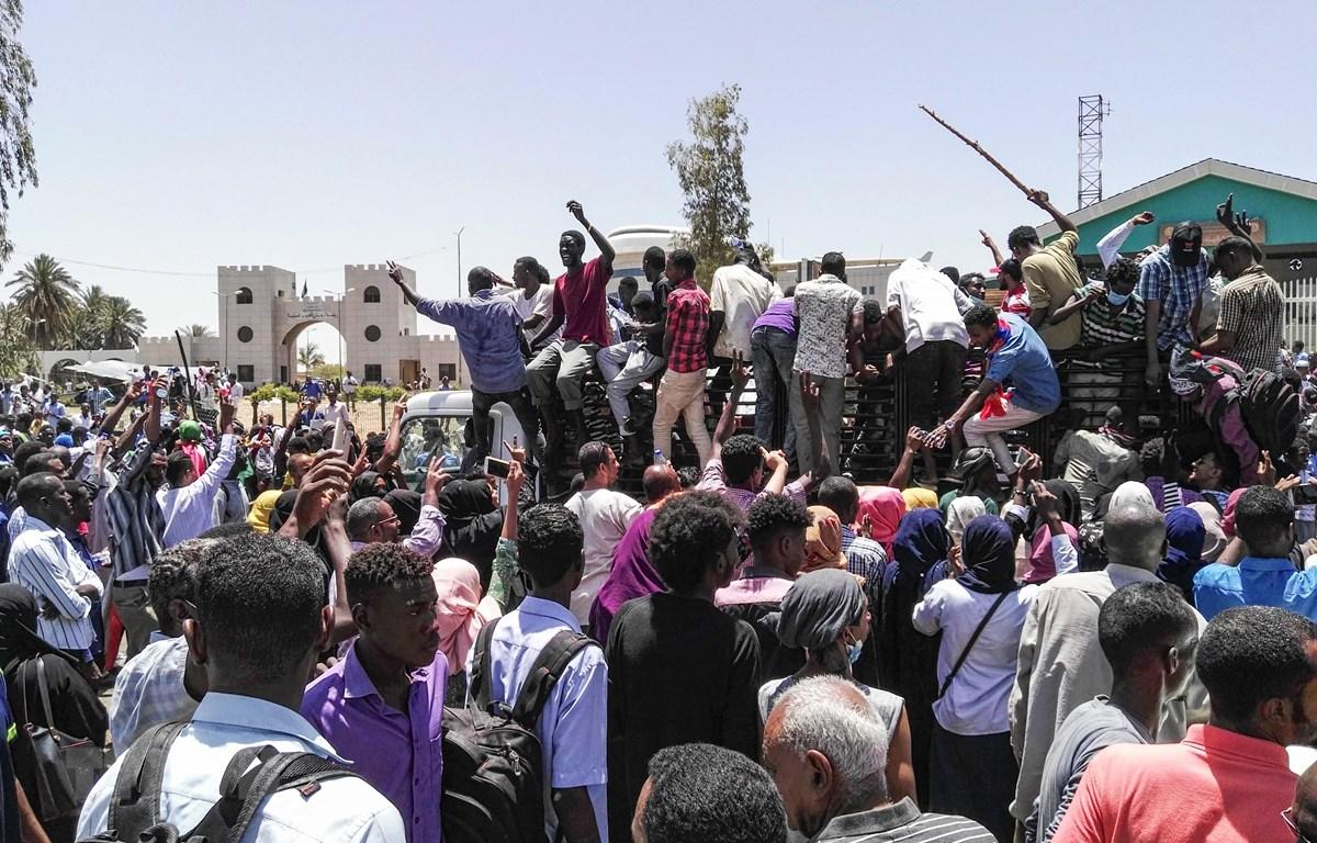 Người biểu tình chống Chính phủ tập trung bên ngoài trụ sở Bộ Quốc phòng ở thủ đô Khartoum, Sudan, ngày 8/4/2019. (Ảnh: AFP/TTXVN)