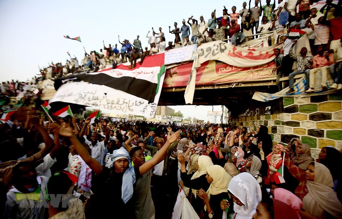 Tuần hành kêu gọi một chính quyền dân sự lãnh đạo đất nước sau khi Tổng thống Sudan Omar al-Bashir bị phế truất, tại thủ đô Khartoum ngày 12/4/2019. (Ảnh: AFP/TTXVN)