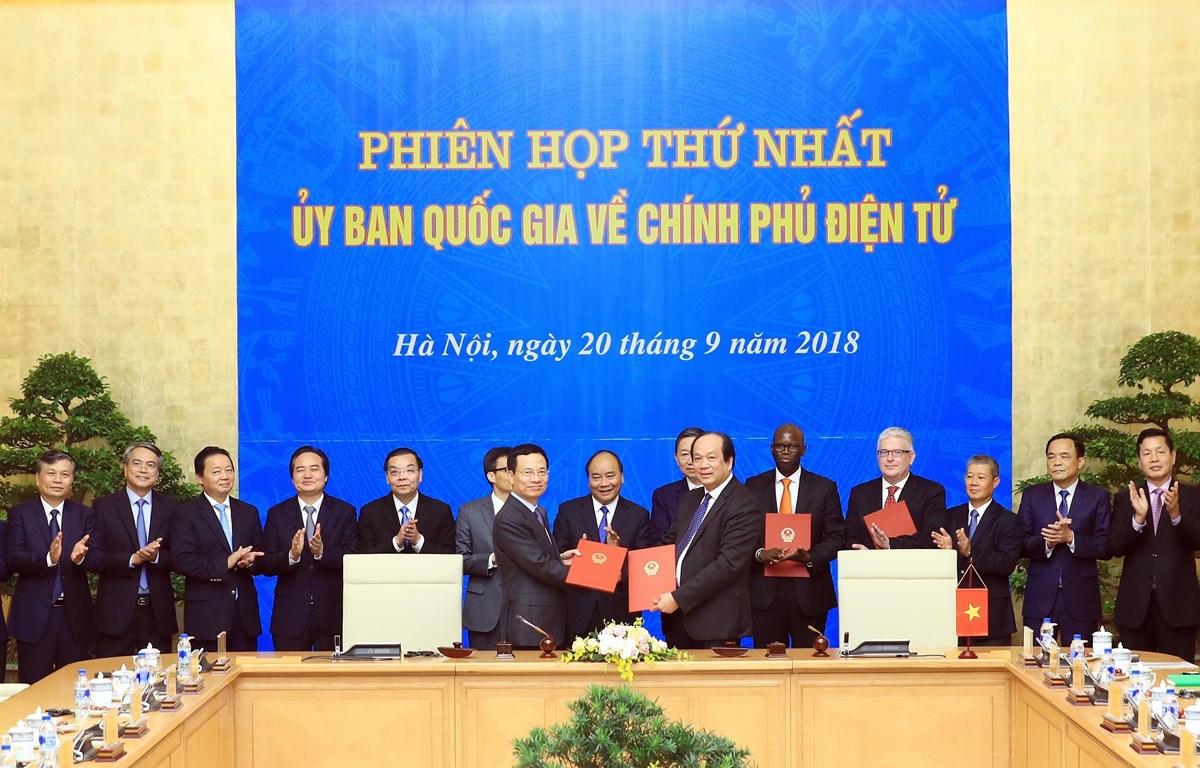 Thủ tướng Nguyễn Xuân Phúc chứng kiến lễ ký Quy chế phối hợp trong công tác xây dựng, phát triển Chính phủ điện tử giữa Văn phòng Chính phủ với Bộ Thông tin và Truyền thông ngày 20/9/2018. (Ảnh: Thống Nhất/TTXVN)