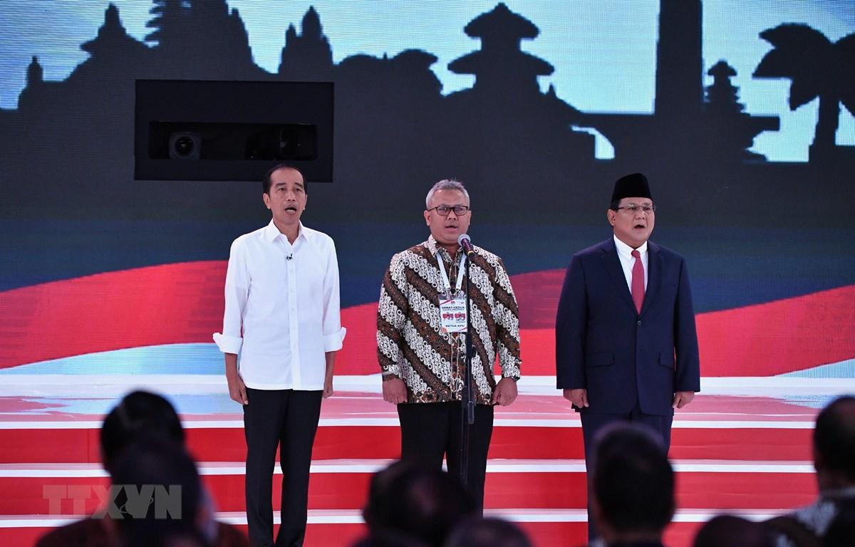 Tổng thống đương nhiệm Indonesia Joko Widodo (trái) và ông Prabowo Subianto (phải) tại cuộc tranh luận ở Jakarta ngày17/2. (Ảnh: AFP/TTXVN)