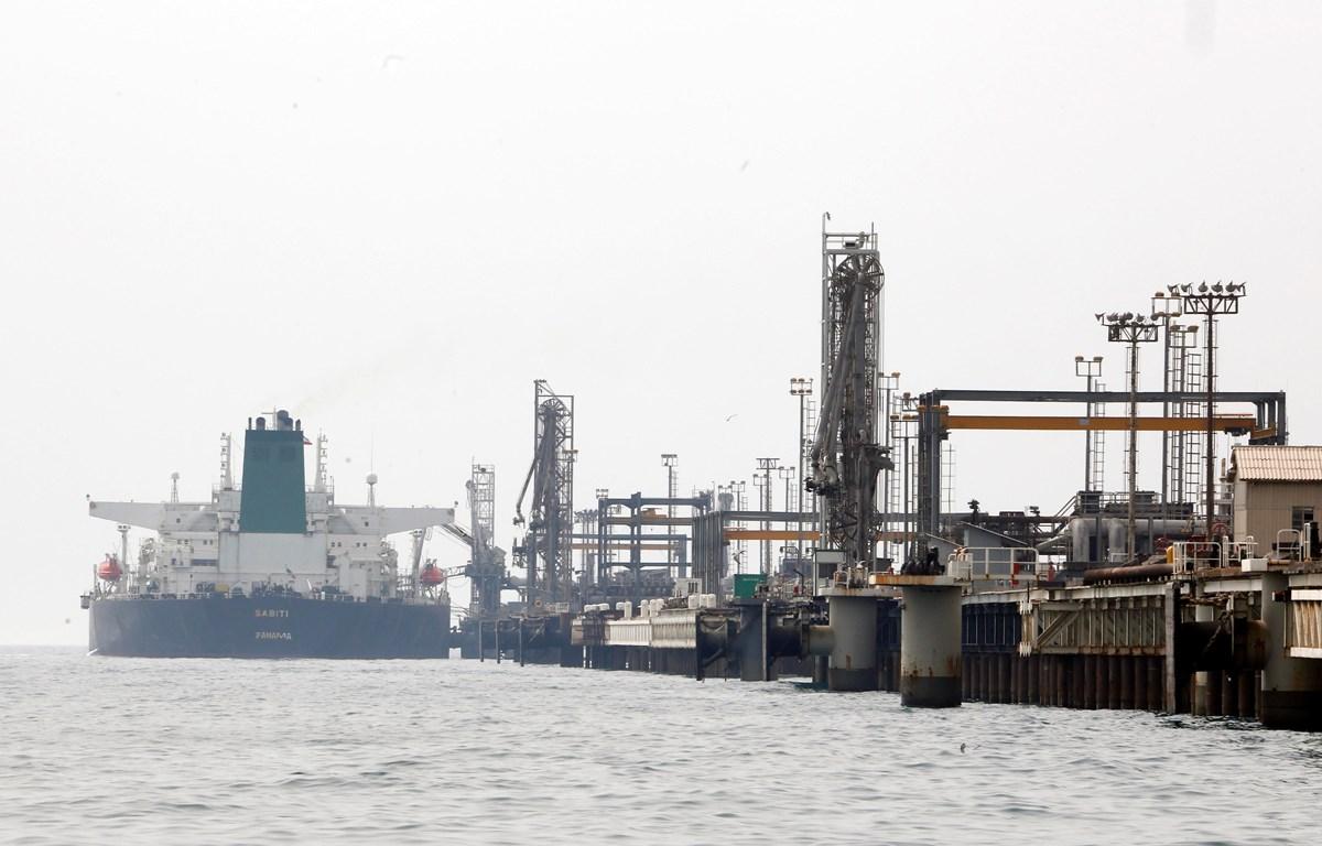 Tàu chở dầu của Iran cập đảo Khark, tỉnh Bushehr (Iran), ngoài khơi vùng Vịnh. (Ảnh: AFP/TTXVN)