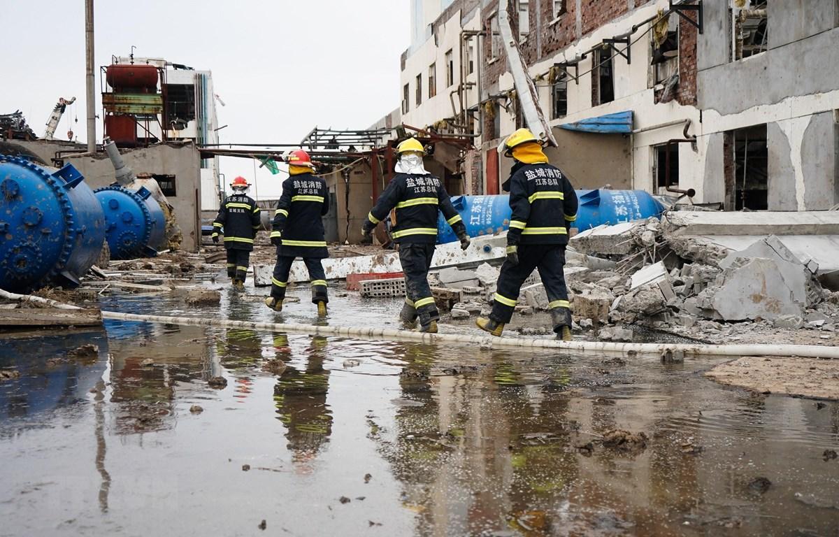 Nhân viên cứu hộ làm nhiệm vụ tại hiện trường vụ nổ nhà máy hóa chất ở Giang Tô ngày 22/3. (Ảnh: THX/TTXVN)