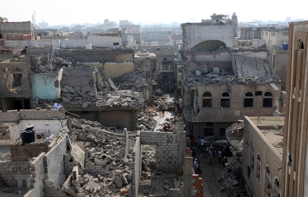 Cảnh đổ nát sau các cuộc giao tranh giữa lực lượng ủng hộ chính phủ Yemen và phiến quân Houthi tại Hodeidah. (Ảnh: AFP/TTXVN)