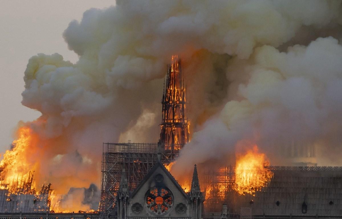 Khói lửa bốc ngùn ngụt tại hiện trường vụ hỏa hoạn Nhà thờ Đức Bà ở Paris ngày 15/4/2019. (Ảnh: THX/TTXVN)