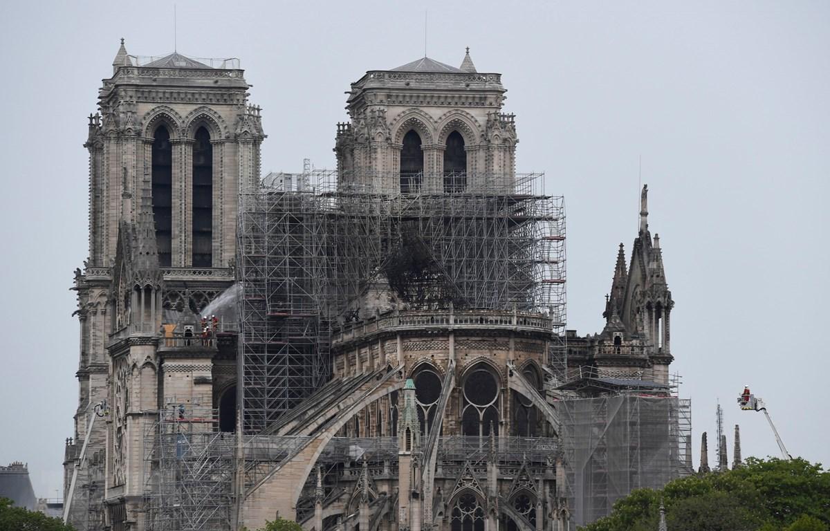 Đám cháy tại Nhà thờ Đức Bà ở thủ đô Paris, Pháp đã được dập tắt hoàn toàn ngày 16/4/2019. (Ảnh: AFP/TTXVN)