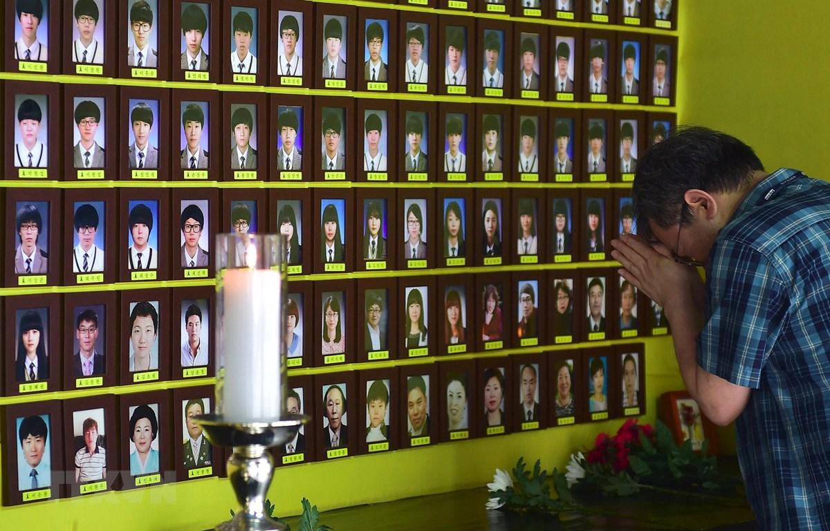 Di ảnh các nạn nhân mất tích trong vụ chìm phà Sewol được đặt trên quảng trường Gwanghwamun ở trung tâm Seoul ngày 22/4/2015. (Ảnh: AFP/TTXVN)