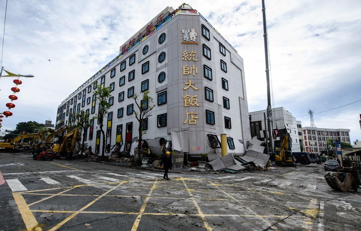 Một khách sạn bị hư hại sau trận động đất ở thành phố Hoa Liên, Đài Loan ngày 9/2/2018. (Ảnh: AFP/TTXVN)