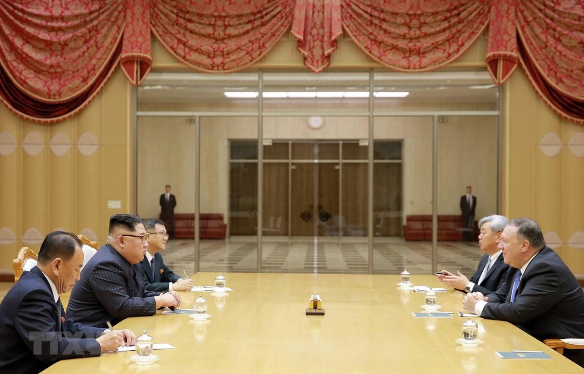 Ngoại trưởng Mỹ Mike Pompeo (phải) trong chuyến thăm Triều Tiên hội kiến nhà lãnh đạo Kim Jong-un (thứ 2, trái) tại Bình Nhưỡng ngày 10/5/2018. (Ảnh: AFP/TTXVN)