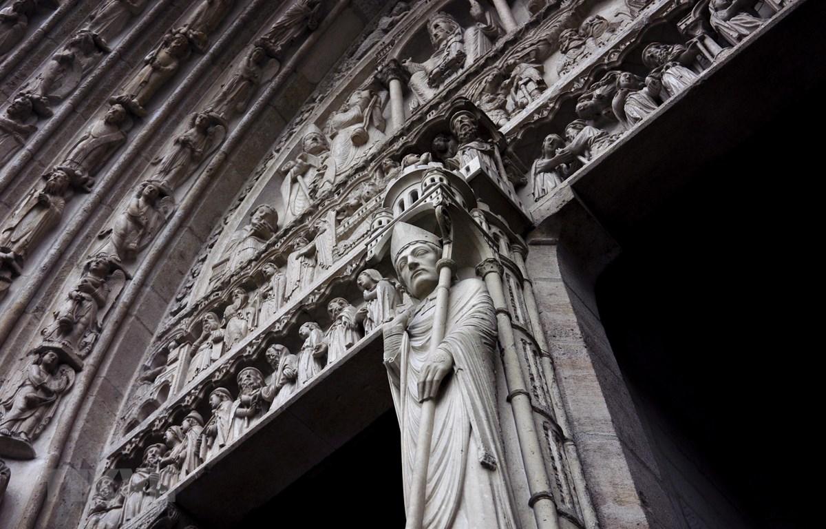 Bức điêu khắc tại Nhà thờ Đức Bà ở Paris, Pháp tháng 10/2013. (Ảnh: THX/TTXVN)