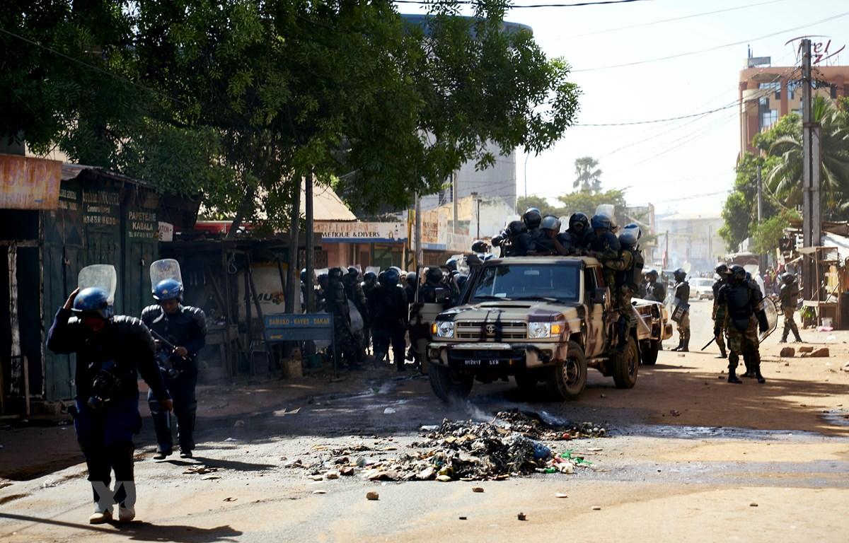 Cảnh sát Mali tuần tra tại Bamako. (Ảnh: AFP/ TTXVN)