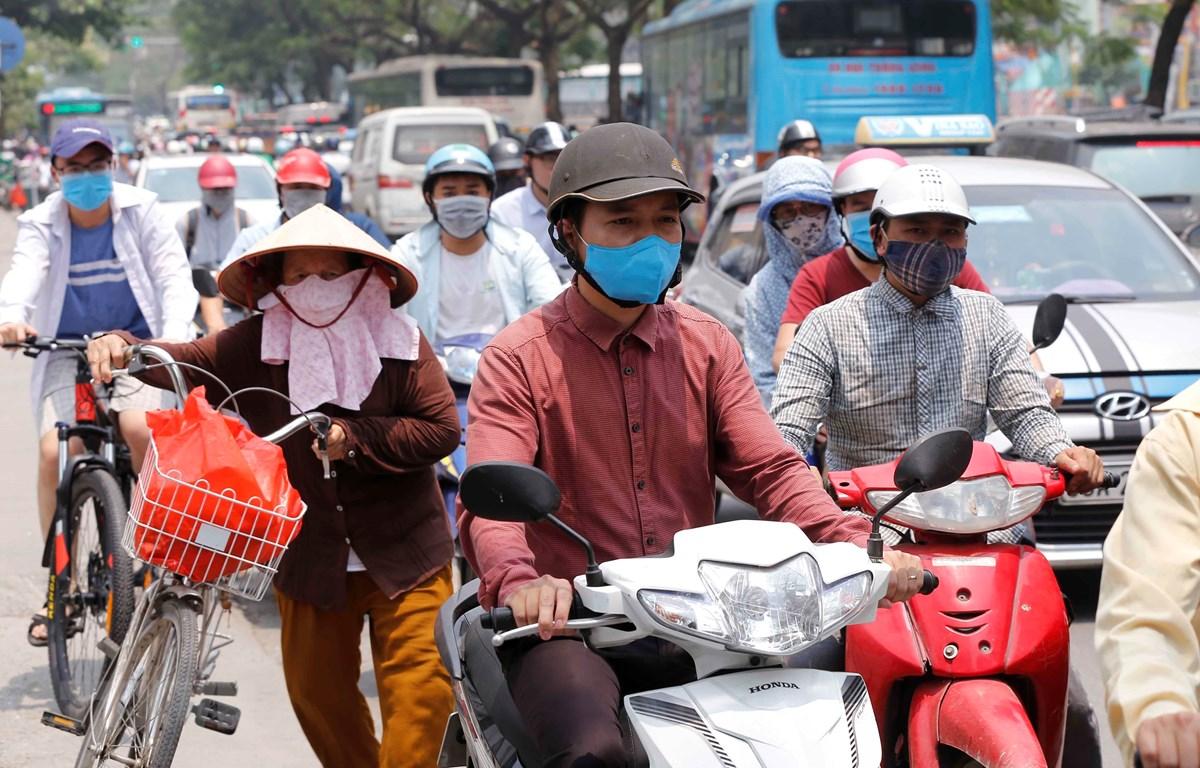 Người dân Hà Nội tham gia giao thông trên tuyến đường Minh Khai - Tam Trinh trong nắng nóng gần 40 độ C. (Ảnh: Doãn Tấn/TTXVN)