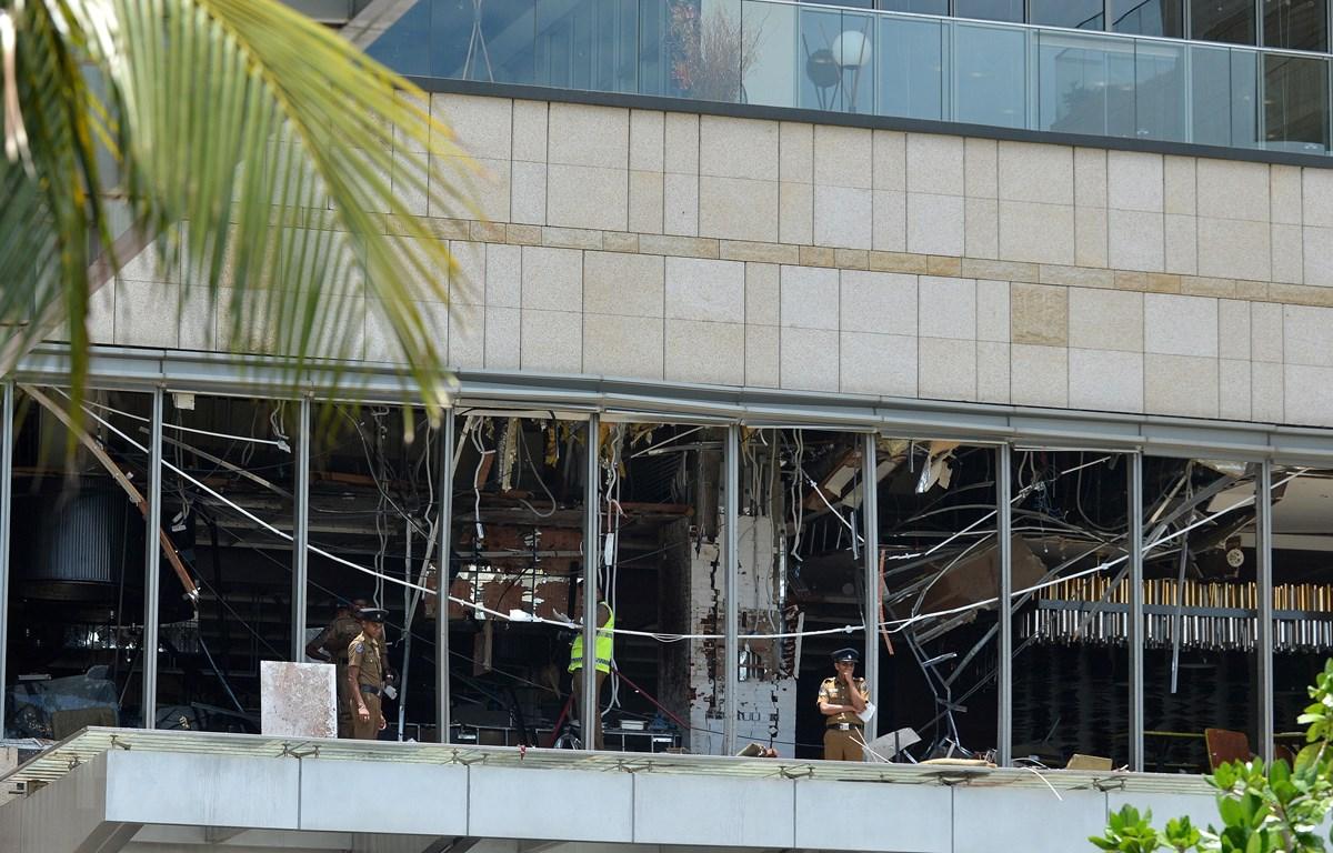 Cảnh sát được triển khai tại hiện trường vụ nổ ở khách sạn Shangri-La, thủ đô Colombo, Sri Lanka, ngày 21/4/2019. (Ảnh: AFP/TTXVN)